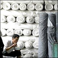 Un trabajador de una fábrica textil en la hora del almuerzo