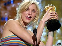 Cameron Diaz accepts her award for best dance sequence at the 2001 MTV Movie Awards