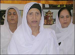 Gurdev Kaur, centre, wearing keski