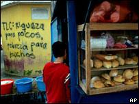 Un niño compra su desayuno en Ciudad Guatemala