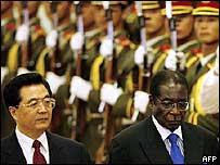 Chinese President Hun Jintao ( l) and President Robert Mugabe (r)