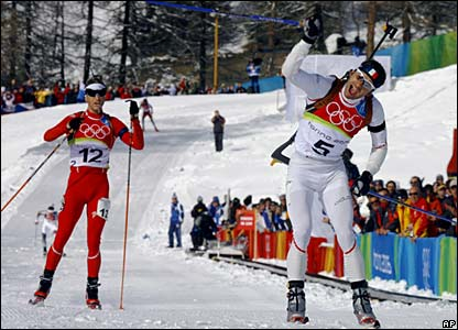 France's Vincent Defrasne trails Norway's Ole Einar Bjoerndalen before overtaking to snatch gold