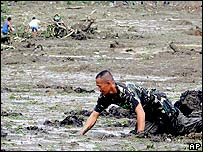 Soldier searches under mud for survivors in Guinsaugon