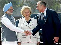 Indian PM Manmohan Singh welcomes Jacques Chirac at the presidential palace