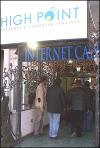 شباب مجتمعون امام مقهى للانترنت في دمشق