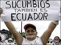 Un manifestante muestra una mensaje de protesta