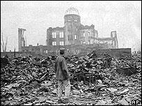 Журналист на фоне кинотеатра в Хиросиме. 8 августа 1945 года