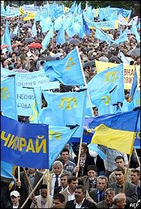 Tártaros marchan en memoria de las víctimas de las deportaciones de Stalin