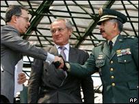 El presidente de Colombia, Álvaro Uribe le da la mano al general Reinaldo Castellanos (Foto de archivo)