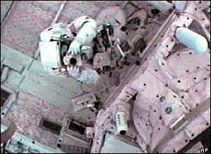 Steve Robinson takes picture of Soichi Noguchi (pictures from Nasa TV)