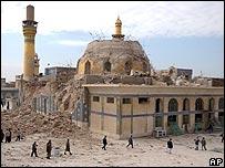 Templo chiita dañado por bomba.