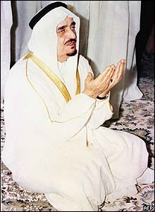 King Fahd prays at his Riyadh palace