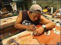 Trabajadores en una fábrica de zapatos en Nicaragua.
