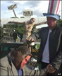 Estudiantes protestan contra el CAFTA en El Salvador.