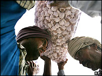 Indian porter passes garlic consignment to a Pakistani porter