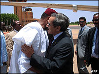 Overthrown Mauritanian President Maaouiya Ould Taya (right) is greeted by Niger President Mamadou Tandja upon arrival at Niamey airport in Niger