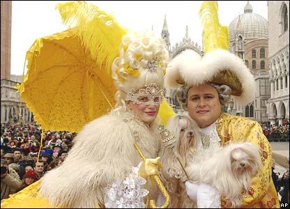 Venecianos disfrazados de Luis XIV y Maria Antonieta.