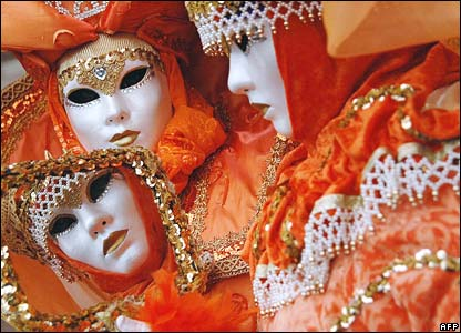 Enmascarados con disfraz color naranja.