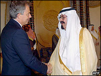 UK Prime Minister Tony Blair (L) shakes hands with Saudi King Abdullah
