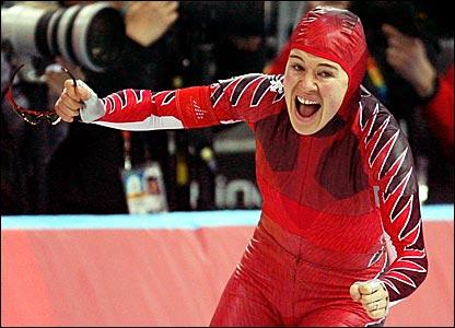 Canada's Clara Hughes wins the 5000m speed skating