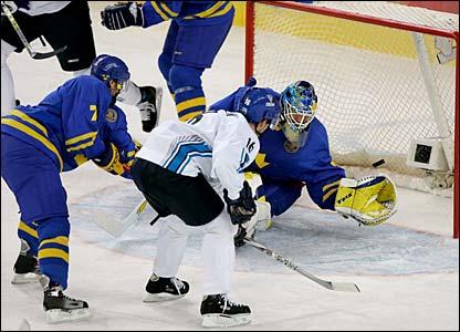 Ville Peltonen beats Sweden goaltender Henrik Lundqvist