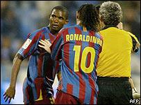Ronaldinho intenta convencer a Eto'o de que no abandone el partido