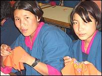 Mujeres trabajando en fábrica de Bután.