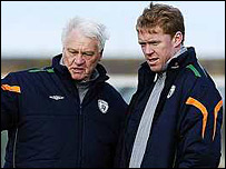 Staunton (right) and his International Consultant Bobby Robson at training on Monday