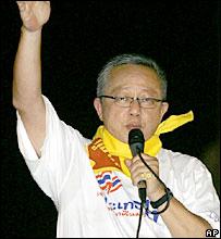 Sondhi Limthongkul addressing the crowds in Bangkok