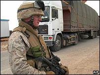 Soldado estadounidense en patrulla.