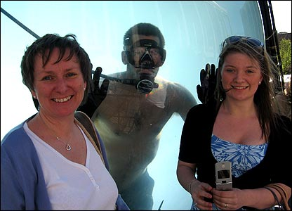 Fiona and Jill Watson have their photo taken with David Blaine
