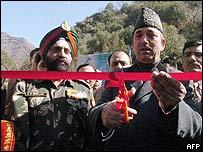 Funcionarios inaugurando un puente fronterizo