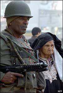 Soldado y mujer en Cachemira