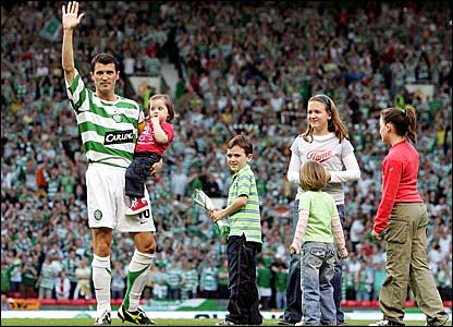 Roy Keane and children soak up the Old Trafford atmosphere