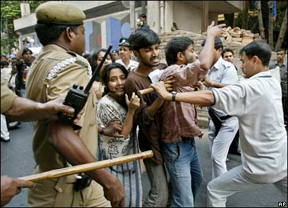 Police try to stop protesters in Calcutta