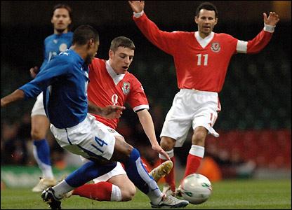 Jason Koumas tackles Paraguay's Paulo da Silva