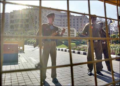Policías resguardan el Hotel Maurya Sheraton en Delhi