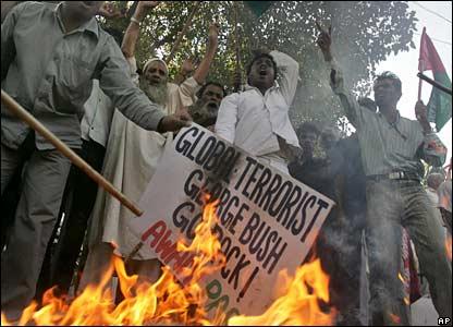 Manifestantes queman carteles en contra del presidente Bush