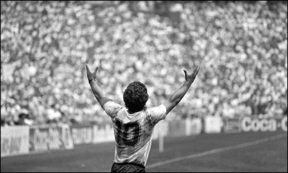 Diego Maradona celebra la victoria de Argentina en la final del Mundial de M�xico 86. (Foto: John Vink, Magnum)