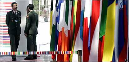 Personal de seguridad resguarda en Viena la sede donde se ralizar� la cumbre entre la Uni�n Europea y Am�rica Latina