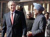 George Bush con el primer ministro indio Manmohan Singh