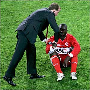 McClaren comforts Jimmy Floyd Hasselbaink