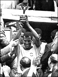 Carlos Alberto with the 1970 World Cup after beating Italy 4-1 in Mexico City