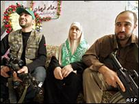Mariam Farhat (centre)