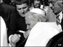 Момент покушения на Папу Римского Иоанна Павела II (архивный снимок)