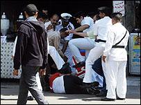 عدد من أفراد الأمن المصري يركلون احد المتظاهرين