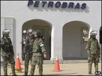 Soldados bolivianos en instalaciones de Petrobras