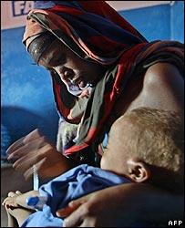 امرأاة صومالية مشردة مع طفلها