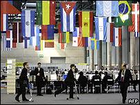 Funcionarios se desplazan en patineta dentro de la sala de Prensa de la cumbre