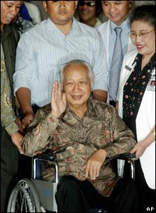 Former President Suharto waves to journalists as he leaves Pertamina hospital in Jakarta on 5 May, 2004